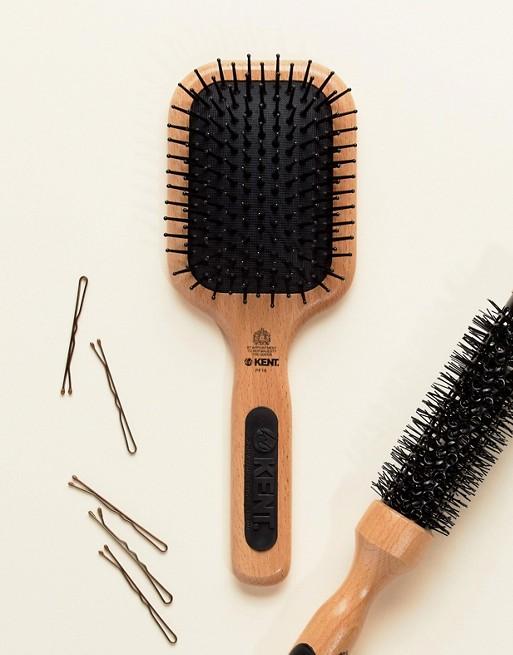 secar el cabello con cepillo plano