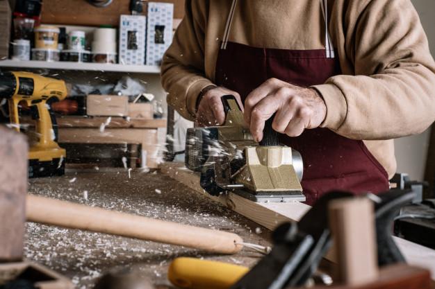 trabajar madera con cepillo electrico